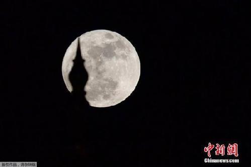 由于月球以椭圆形轨道绕行地球,月球和地球间的距离不断变化,因此满月
