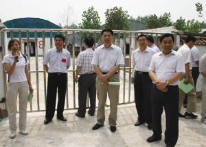 省农业厅副厅长郭鹏亮(左四)在张集调研农民专