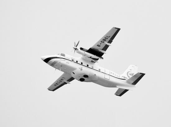 11月13日,运12F飞机在第十届珠海航展上进行飞行表演。 第十届珠海航展期间,中航工业直升机哈飞与美国维信航空公司签署20架运12系列飞机销售合同,包括18架运12E和两架运12F飞机。这些订购的运12飞机将用在美国拉斯维加斯到大峡谷地区的旅游观光和短途客货运输。 这是国产民用飞机首次出口发达国家,标志着运12飞机已经被最成熟、要求最严格的美国市场认可,在我