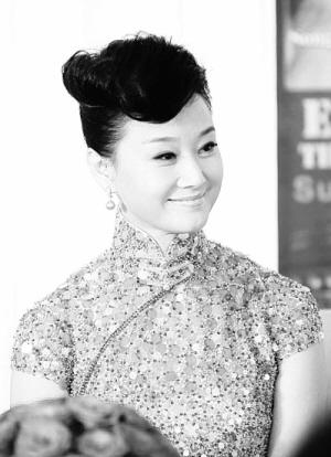 """者,著名的高级时装设计师郭培打造的一件""""瑰宝级""""旗袍将助阵""""中国民歌"""
