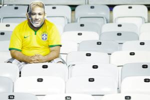 一名戴着内马尔头像面具的巴西队球迷赛后久久不愿